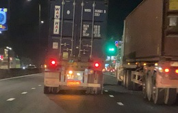 Nổ lốp trên quốc lộ vẫn cố tình chạy, người đi đường được phen hú vía