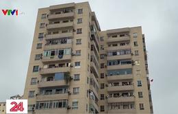Kinh hãi bình gas, gạch đá... rơi xuống đầu cư dân khu chung cư