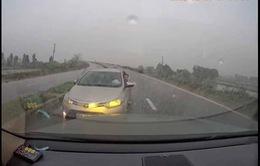 Tài xế đi ngược chiều bắt xe đi đúng phải nhường đường