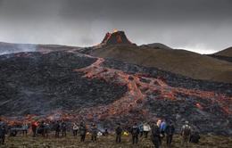 Người dân Iceland đổ xô đi xem núi lửa phun trào sau gần 800 năm