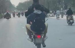 """Hà Nội xử lý 2 thanh niên """"bốc đầu"""" xe máy qua phản ánh của người dân"""