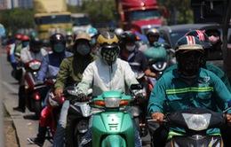 Người dân TP Hồ Chí Minh vất vả chống chọi nắng nóng trở lại