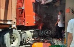 Xe container húc nhiều xe máy rồi tông sập nhà dân