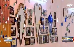 Anh Tây sáng tác nghệ thuật từ gương kính tái chế