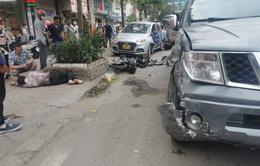 Hà Nội: Xe bán tải mất lái đâm liên hoàn 3 ô tô, 2 xe máy