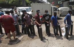 Hiện thực tàn khốc tại Ấn Độ: Xếp hàng để được... thở