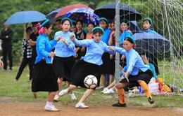 Phụ nữ dân tộc Sán Chỉ mặc váy xỏ giày ra sân đá bóng