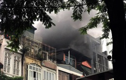 Hà Nội: Cháy nhà hàng giờ cao điểm, giao thông ùn tắc