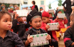 Vinamilk và Quỹ sữa Vươn cao Việt Nam 2021 trao tặng 1,7 triệu ly sữa hỗ trợ trẻ em khó khăn
