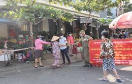 Đo thân nhiệt người đi chợ tại Hà Nội