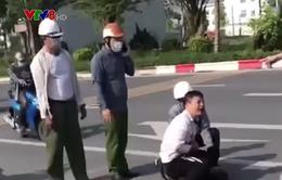 Kỷ luật cán bộ công an đứng nhìn tài xế taxi vật lộn với tên cướp