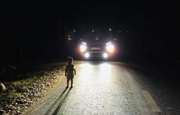 Tài xế giúp em bé 2 tuổi lang thang giữa đường lúc 1h sáng