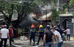Nổ bình gas khi nấu ăn, 3 căn nhà bị cháy rụi