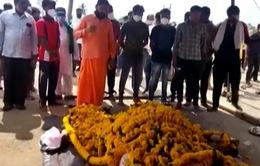 Hàng trăm người Ấn Độ dự đám tang ngựa giữa lúc phong tỏa