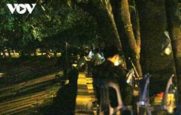 Trà đá vỉa hè bán chui trong đêm, bất chấp quy định phòng chống dịch COVID-19