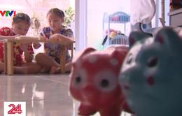 Hai em nhỏ đập heo đất ũng hộ Quỹ vaccine phòng COVID-19
