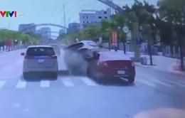 Lao nhanh từ đường nhánh ra đường chính, ô tô gây tai nạn liên hoàn