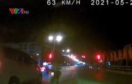 Ô tô phóng nhanh đâm thẳng xe máy đang giảm tốc dừng đèn đỏ