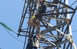Giải cứu người phụ nữ leo lên cột điện cao thế khoảng 100 mét