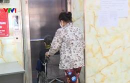Người dân chung cư chấp nhận rủi ro dùng thang máy xuống cấp, 15 năm chưa một lần kiểm định