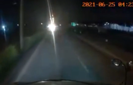 Xe máy đi ngược chiều còn bật đèn pha trong đêm