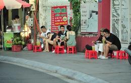 Quán nước vỉa hè ở Hà Nội đông đúc sau lệnh nới lỏng