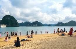 Quảng Ninh mở lại bãi tắm, hoạt động tập trung đông người có kiểm soát