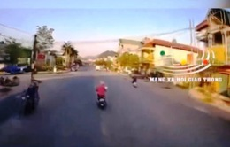 Xung đột trên đường, tài xế xe tải cầm búa dọa người đi xe máy