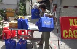 Hỗ trợ từng gói mỳ, cân gạo giúp người dân tại tâm dịch Gò Vấp vượt qua khó khăn