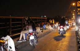 Hà Nội: Nhiều người dân bất chấp lệnh cấm  vẫn tụ tập hóng mát trên cầu, bờ hồ