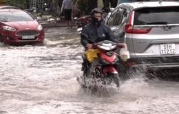 Mưa lớn kéo dài 4 giờ, nhiều tuyến đường ở TP Hồ Chí Minh ngập như sông