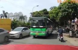 """""""Hung thần"""" xe bus lấn làn gây nguy hiểm cho người tham gia giao thông"""