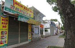 Người dân TP Hồ Chí Minh xếp hàng mua đồ trước giờ giãn cách theo nguyên tắc Chỉ thị 16
