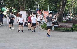 Hà Nội: Trên hồ Hoàn Kiếm nhiều người vẫn vô tư tập thể dục, hồ Tây đã giảm bớt