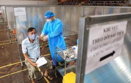 300 y, bác sĩ Phú Thọ hỗ trợ xét nghiệm và tiêm vaccine COVID-19 tại quận Đống Đa