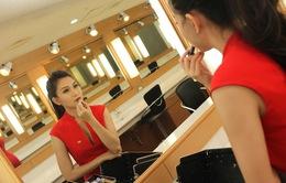 MC Thanh Huyền làm điệu trước khi lên hình
