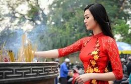 Khánh My diện áo dài đỏ vãn cảnh chùa cuối năm