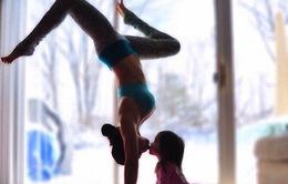 Hình ảnh hai mẹ con tập yoga gây sốt trên Instagram