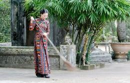 Hoa hậu Trần Thị Quỳnh đến xứ Huế... quét chùa