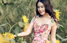 Á khôi áo dài khoe nụ cười rạng rỡ giữa vườn xuân