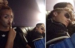 Justin thoải mái tựa vai Selena Gomez