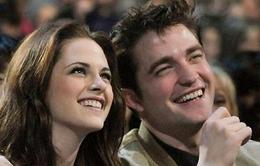 Kristen sang nhà Pattinson để chuyện trò về... chó