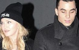 """Con Madonna coi """"bồ"""" của mẹ như... anh trai"""