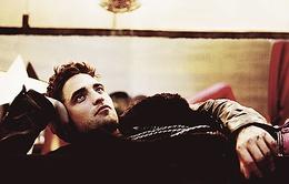 Robert Pattinson tán tỉnh nhiều cô gái một lúc