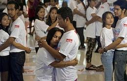 Thi ôm nhau nhân ngày Valentine