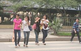 Phần đường dành cho người đi bộ trên phố Xã Đàn còn nhiều bất cập