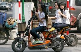 """Người dân """"lờ mờ"""" quy định đăng ký biển số xe máy điện"""