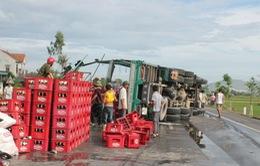 Người dân nhiệt tình nhặt bia giúp xe tải bị lật