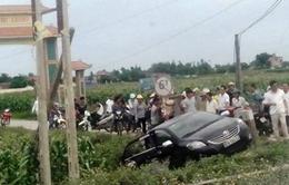 Tàu hỏa húc văng ô tô, 3 người thoát chết