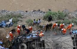 Cận cảnh vụ xe buýt rơi xuống vực ở Tây Tạng, 44 người thiệt mạng